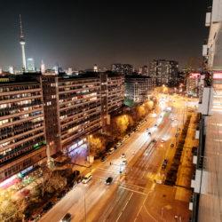 Plattenbauten und nächtlicher Verkehr in der Leipziger Straße