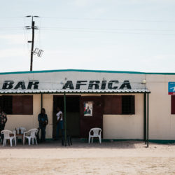 (Deutsch) Teil der Fotoserie 'Namibia Pub Crawl', über verlassene und geöffnete lokale Tavernen im Norden Namibias