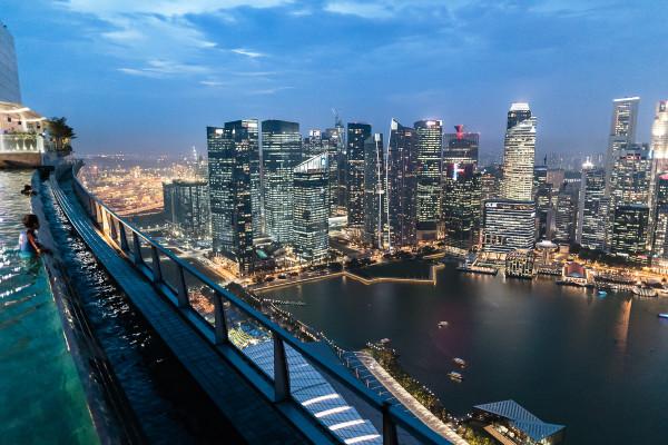 Der Blick über die Skyline Singapurs vom Infinity Pool im 57. Stock des Marina Bay Sands