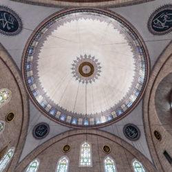 Kuppel der Yavuz Sultan Selim Moschee (Yavuz Selim Camii) in Istanbul (seitliche Ansicht)